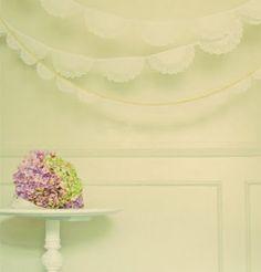leuke versiering voor een bruiloft! (van die onderleggertjes voor taartjes van papier!)