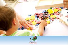 Espaço do Faz de Conta: criança brinca com brinquedos pedagógicos
