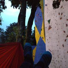 Sekali-sekali Jangan piknik mari panik... #hammock #hammocklife #hammocks #hammocking #relax #wallclimbing #climbing #mapalaunisi #universitasislamindonesia #exploreuii #yogyakarta #indonesia by @ricky_djafaar