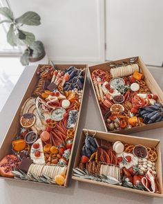 Charcuterie Gift Box, Charcuterie Recipes, Charcuterie And Cheese Board, Charcuterie Platter, Dessert Platter, Dessert Boxes, Party Food Platters, Cheese Platters, Grazing Food