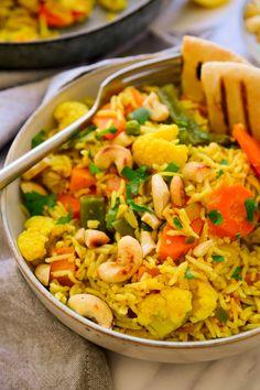 repas dietetique avec des haricots blancs, des carottes, du riz avec du safran, tacos, plat oriental avec des courgettes, mix en couleurs vives