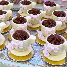 Casinha de Boneca para a Maria Antônia 💖.🌸Doces: Xícaras de Brigadeiro.🌸Decoração: @lacarotefestasafazer .🌸Buffet: @origamibuffet .#doces #docesdecorados #festacasadebonecas #casadebonecasladocica #doceriacuiaba #confeitariacuiaba #festainfantil #festascuiaba #ladocica #ladocicadoces Chocolate Cups, Chocolate Truffles, Chocolate Lovers, Tea Cakes, Mini Cakes, Cupcake Cakes, Dessert Bars, Cute Food, Yummy Food