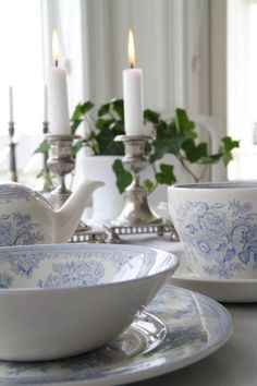 Matilde & Co - Burleigh Pottery - Assiett Blue Asiatic pheasants - inspiration. Blue And White China, Blue China, Bleu Pale, Vibeke Design, Estilo Shabby Chic, English Pottery, Beautiful Table Settings, White Cottage, China Patterns