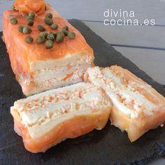 Para hacer este pastel de salmón y pan de molde en lugar de palitos de surimi puedes usar también pescado cocido bien desmenuzado, un buen salmón fresco es la mejor opción, pero puedes usar también merluza, rape...