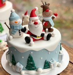 Santa 038 Snowman Christmas Cake Santa 038 Snowman Christmas Cake Sugar Flowers Workshop sugarflowersworkshop Christmas Cakes Fun Christmas cake and 15 more designs on their nbsp hellip decoration halloween Christmas Cupcakes Decoration, Christmas Cake Designs, Christmas Cake Pops, Christmas Desserts, Christmas Treats, Christmas Holiday, Fondant Christmas Cake, Xmas Holidays, Holiday Ideas