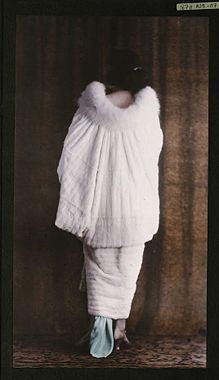 Autochrome: View from the back, cape or evening jacket in white fur with a swan-feather collar, circa 1921, Salon du goût français,