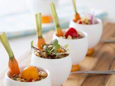 A quinoa traz muitos nutrientes e fibras. Isso a habilita para inúmeras receitas light. Como nesta salada, que diversifica sua alimentação com muito sabor.