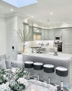 Tyylikäs viimeistely, yllellisyyttä hehkuvat yksityiskohdat ja materiaalit sekä harmaan kauniit sävyt tekevät ihmeitä sisustukseen. House Inspiration, Luxury Homes, Interior Stylist, Kitchen, Glam Decor, Home, Interior, Beautiful Decor, Home Decor
