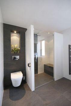 hangtoilet, donkere achtergrond, inkeping wand met licht, zitbank in douche