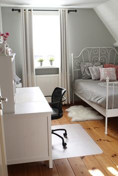 muur: lamproom grey no. 88 van Farrow & Ball schuine dak: wit RAL 9010