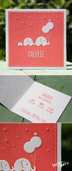 Dit lieve geboortekaartje mochten we drukken voor Valerie en is ontworpen door haar vader. Het is een dubbelgevouwen, vierkante kaart die we op de voorkant bedrukten met een warm roze kleur. We zetten de illustratie en haar naam in een preeg, zodat deze er mooi boven op komt te liggen. Bijzonder is, dat het kaartje …