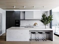 In love with this kitchen by @mimdesignstudio  #kitchen #kitcheninspiration #kitcheninspo #interiors #interiordesign #sydneybuilder #renovation #sydneyrenovation