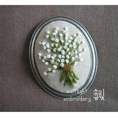 "488 Likes, 10 Comments - 소금빛 자수 saltlight embroidery (@saltlight_) on Instagram: ""리넨실로 수놓은 안개꽃으로  브로치 만들었습니다.  큰 안개꽃다발에 비하면 잠깐이면 완성됩니다.ㅎㅎ  일일특강을 열며  수업용 샘플로 만들었어요. #소금빛자수 #자수특강…"""