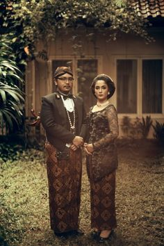 Traditional themed engagement photoshoot | An Engagement Album Inspired By Javanese Culture | http://www.bridestory.com/blog/an-engagement-album-inspired-by-javanese-culture