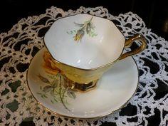 Vintage Koninklijke Stafford Yellow Rose theekopje en schotel | Etsy Glass Book, Royal Stafford, Bone China Tea Cups, Tea Cup Set, Rose Tea, Queen Anne, Yellow Roses, Nevada, Cup And Saucer