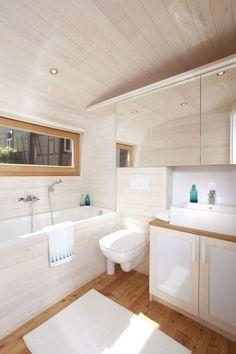 Das Badezimmer mit Wanne oder Dusche.