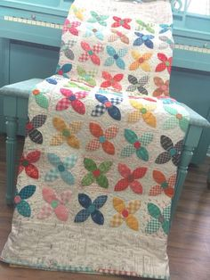 Today is the big finish post ...   where I show you close up photos of    my Bee Happy Quilt    after it's been quilted:)     YaY!!...