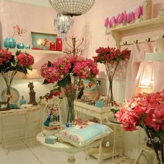 Lilie Rose déco, c'est une boutique au doux parfum... Elle vous propose une belle sélection d'objets déco de charme, pour un intérieur cosy et chaleureux. C'est aussi des univers et un choix de gammes proposées : Linge de maison: Rideaux, nappes, coussins, linge de bain. Déco cadeaux pour enfant : Naissance, baptême, anniversaire. Des ambiances parfumées : Bougies, parfum d'armoire, décors parfumés.  Décoration de table : Vaisselle, petite déco, serviettes.  http://www.lilierose-deco.com