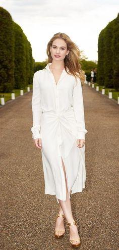 Lily James vêtue d'une robe blanche de la Ralph Lauren Collection pré-printemps 2016 à la garden-party d'été de Wimbledon organisée par RL et Vogue