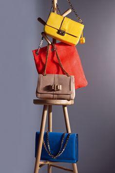 Bolsos en cadena, seguramente tal y como llegan al armario de muchas mujeres. Este año los tenemos en forma de cartera, de sobre... Y esos bolsos sin cierre y sin fondo, como el naranja, ¡donde podemos poner cualquier cosa!