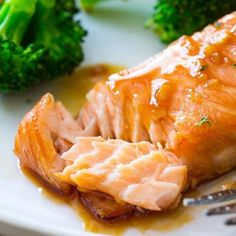 simple baked salmon is smothered with a 4 ingredient garlic honey ginger glaze and is ready in under 35 minutes!This simple baked salmon is smothered with a 4 ingredient garlic honey ginger glaze and is ready in under 35 minutes! Broccoli Recipes, Salmon Recipes, Fish Recipes, Seafood Recipes, Dinner Recipes, Cooking Recipes, Cooking Chef, Ginger Salmon, Glazed Salmon