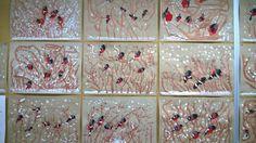 FB: Alakoulun aarreaitta, Päivi Laakso 1. Maalataan ruskealla oksia. 2. Painetaan peukalon kiinnekohtatyynyllä punaiset läntit pensaikkoon. 3. Maalataan harmaat kolmiot punaisen yläpuolelle kiinni punaiseen. 4. Maalataan mustalla päät, siivet ja pyrstöt. 5. Työn kuivuttua maalataan valvoiset siipikuviot ja selkään laikku. 6. Lopuksi maalataan valkoisella lunta maahan ja oksille.