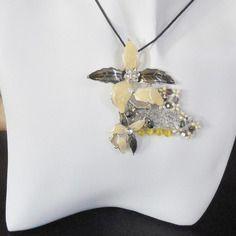 Pendentif fleur métal argenté perles oeil de chat