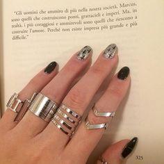 """""""I più coraggiosi e ammirevoli sono quelli che riescono a costruire l'amore."""" 💗 Ringrazio @treluci_shoponline per questo bellissimo set di anelli, passate dalla sua pagina se vi piacciono gli accessori 💎💍💕"""