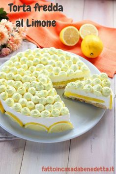 For the decoration, whip up 250 ml of already sweetened cream and add a few drops of yellow food coloring. We fill a pastry bag and start decorating. We make many small tufts on the surface. Slice a lemon and arrange the slices along the edge of the cake. Cookie Recipes, Dessert Recipes, Torte Cake, Tasty, Yummy Food, Street Food, Sweet Recipes, Cheesecake, Sweet Treats