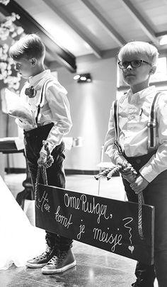 Mereveld kan alles nog zo goed verzorgen, tegen deze twee bruidsjonkers kan natuurlijk niets op. Puur bruiloftsgeluk! #Mereveld Utrecht in TOP 5 populairste trouwlocaties van Nederland!