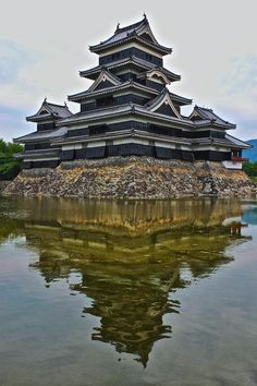 Matsumoto Castle 松本城 in Nagano pref. Number 2 of Japanese castles (number 1 is Himeji, of course) Japanese Culture, Japanese Art, Where The Sun Rises, Japon Tokyo, Asian Landscape, Japanese Castle, Japanese Colors, Go To Japan, Japanese Aesthetic