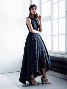 H&M per la stagione imminente, ci regala abiti leggeri e fluenti, insieme a damascati in rilievo e forme dalla linea morbida, femminile e sensuale.http://www.sfilate.it/225934/hm-exclusive-conscious-in-edizione-limitata