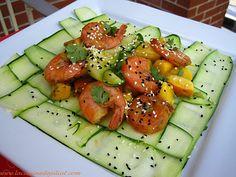 Une salade fraîche et originale avec des fruits et légumes de saison et les saveurs exotiques mangue et coriandre relevées par une touche d'épices. Bon appétit! Régalez-vous!  INGRÉDIENTS : 300g de crevettes crues 1 courgette 2 pêches avec la peau coupées en cubes 1 grosse mangue ou 2 petites coupées en cubes 3 oignons …