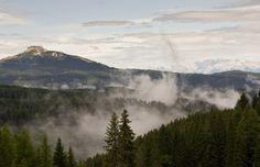 dal tratto tra il passo Costalunga ed il passo Nigra sul gruppo del Catinaccio, una panoramica verso il corno bianco e la val d'ega.  Dolomiti 2010