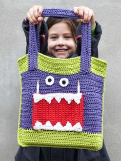 Free Pattern - With lots of room and three front pockets, kids (both young and young at heart) will love carrying books, toys, or groceries in this fun monster bag. #crochet #backtoschool