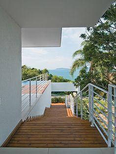 O desnível é valorizado no projeto desta casa em Santa Catarina - Casa