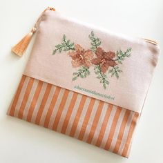 Otomatik alternatif metin yok. Embroidery Purse, Diy Purse, Cross Stitch Rose, Pouch, Wallet, Diy And Crafts, Floral, Fabric, Blog