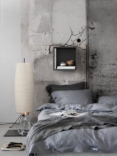 I enkel Japansk anda har vi inrett sovrummet med sängen direkt på golvet. Asketiskt avskalat med en gråskala ton-i-ton för total harmoni. Den skulpturala golvlampan SÖRE i rispapper sätter stilen och bidrar till det harmoniska uttrycket med sitt mjuka sken.