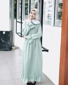 @saritiw Muslim Women Fashion, Modern Hijab Fashion, Trend Fashion, Abaya Fashion, Modest Fashion, Fashion Outfits, Modest Dresses, Simple Dresses, Modele Hijab