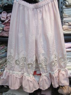 VINTAGE KITTY.. pale pink and cream bloomies.. cutwork and embroidery.. devine.. lightweight  cotton voile