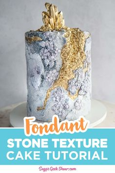 How to make a fondant stone texture on cake that really looks like stone! Plus how to make a beautiful gold geode decoration with edible gold crystal topper! Rustic stone textures on cakes are so tren Chocolate Fondant, Modeling Chocolate, Bolo Geode, Geode Cake, Fondant Bow, Fondant Cakes, Fondant Flowers, Fondant Toppers, Fondant Figures Tutorial