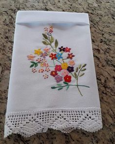 No photo description available. Hand Embroidery Patterns Flowers, Hand Embroidery Dress, Hand Embroidery Stitches, Silk Ribbon Embroidery, Hand Embroidery Designs, Flower Patterns, Machine Embroidery, Embroidery Art, Serviettes Roses