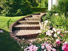 Bei der Gartengestaltung sollte man stets auf Sicherheit und Bequemlichkeit achten. Mit unseren Tipps bleiben Wege über Jahrzehnte eben!