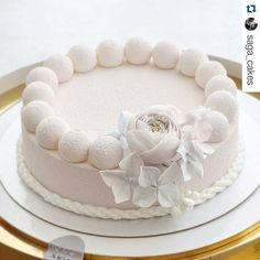 #Repost @saga_cakes with @repostapp ・・・ Morning, sweeties #sugarflowers #moussecake #сахарныецветы #муссовыйторт