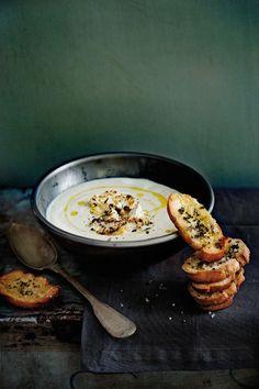 Bloemkoolcreme met kruidencrostini - Uit het kookboek Soep bij Janneke thuis van Janneke Philippi