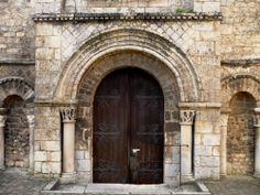 Entrée de l'église de St-Benoît (86): Portail du XI°s (pur roman).- 8) ABBAYE DE ST-BENOÎT: ... relève certainement de la dernière période romane; les sujets végétaux et zoomorphes sont ceux du répertoire commun en Ht-Poitou, il s'y voit en outre une scène de domptage (?) et l'Assomption de la Ste Vierge au Ciel.