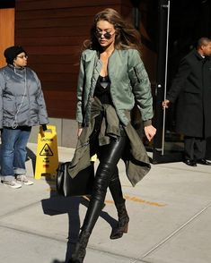 Find outfit ideas, shopping, and street style inspiration to help you get dressed for work, dates, parties and more! Gigi Hadid Style, Modelos Fashion, Outfits Mujer, Looks Street Style, Everyday Fashion, Autumn Winter Fashion, Fashion Models, Ideias Fashion, Celebrity Style