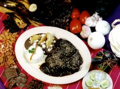 INGREDIENTES  20 chiles chilcahuatles negros 8 chiles mulatos 1 tortilla 2 cucharadas de aj...