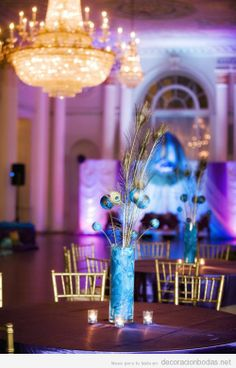 Decoración de banquete de boda con plumas de pavo real