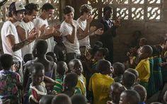Meninos do One Direction se emocionam com crianças pobres em Gana! - Cliques - CAPRICHO